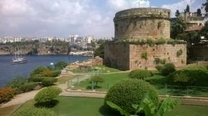 Το παλιό λιμάνι της Αττάλειας με τον Πύργο Hindirlik